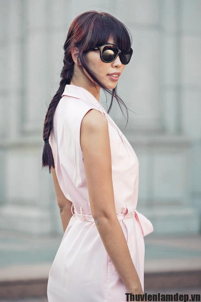 """Bạn có biết kiểu tóc nào """"hot"""" nhất thời gian qua? 10:00:00 30/06/2016 Chia sẻ facebook2 Hãy cập nhật ngay xu hướng tóc đang """"khuấy đảo"""" làng thời trang mùa hè 2016 nhé! Với tần suất xuất hiện dày đặc tại các sàn catwalk lớn nhỏ trên thế giới, có thể khẳng định, tóc tết đang là một xu hướng thời trang không thể bỏ qua năm nay. Ở Việt Nam, giới mộ điệu cũng nhanh chóng cập nhật và thử nghiệm kiểu tóc cực hot này. Từ các sao, hot girl nổi tiếng như siêu mẫu Hà Anh, Salim, Helly Tống… cho tới những bạn gái đều đổ xô làm mới mình với xu hướng tóc tết. Bạn có biết kiểu tóc nào """"hot"""" nhất thời gian qua? - Ảnh 1. Siêu mẫu Hà Anh là một trong những người tiên phong trong việc áp dụng xu hướng tóc tết. Là nơi để phái đẹp thể hiện gu thẩm mỹ """"toàn diện"""" từ trang phục đến mái tóc, Fearless Contest – cuộc thi do nhãn hàng TRESemmé tổ chức nhanh chóng thu hút sự chú ý và tham gia của đông đảo các bạn trẻ. Qua đó, độc giả của Kenh14 không chỉ được chiêm ngưỡng cá tính, phong cách cực độc đáo của từng thí sinh mà còn rất nhiều những kiểu tóc tết vô cùng ấn tượng. Trong số hàng trăm bài dự thi được gửi về trên khắp cả nước, dễ dàng nhận thấy, kiểu tóc Fearless tết phá cách vẫn được ưa chuộng hơn cả. Với ưu điểm dễ dàng thực hiện, hơn hết có tính ứng dụng cao, phù hợp với đa dạng phong cách, hoàn toàn không khó hiểu khi kiểu tóc này lại có độ phủ sóng cao đến vậy. Bạn có biết kiểu tóc nào """"hot"""" nhất thời gian qua? - Ảnh 2. Bạn có biết kiểu tóc nào """"hot"""" nhất thời gian qua? - Ảnh 3. Người quyến rũ – người năng động nhưng cả hai thí sinh đều rất lôi cuốn trong kiểu tóc Fearless tết phá cách Bên cạnh những thí sinh gây ấn tượng mạnh mẽ với kiểu tóc Fearless tết phá cách, nhiều bạn trẻ còn khiến độc giả không khỏi bất ngờ khi biến hóa tóc tết một cách đầy lạ mắt và cá tính. Người thì tết lệch sang bên để tăng sự mềm mại, dịu dàng, một số lại cực """"chất"""" trong kiểu tóc hai bên nổi bật nhưng không kém phần sành điệu. Bạn có biết kiểu tóc nào """"hot"""" nhất thời gian qua? - Ảnh 4. Đứng thứ 2 tr"""